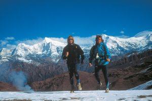 Bruno-Poirier-et-Paul-Eric-Bonneau-en-1994-a-Phagune-Dhuri.-Derriere-eux-le-Churen-Himal-et-le-Dhaulagiri-Himal