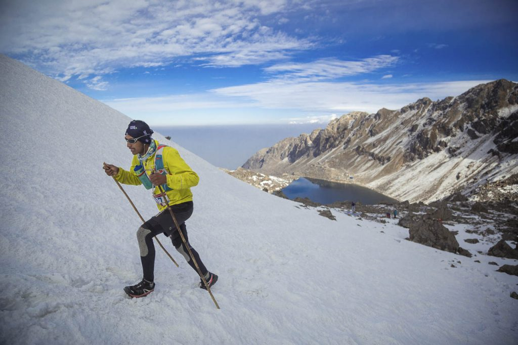 Crossing snow gosaikunda lauribina la